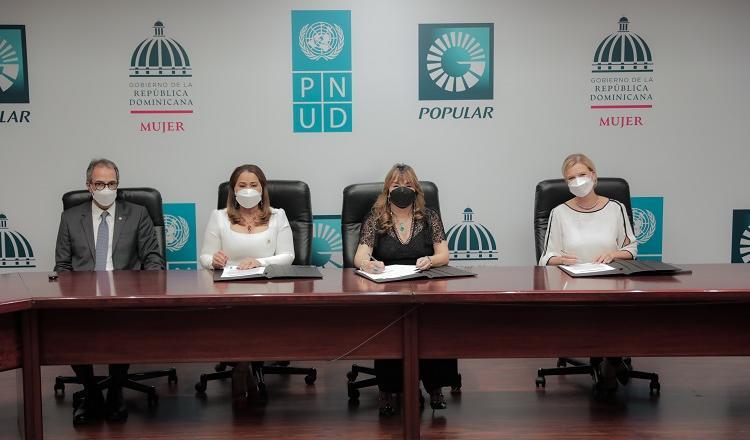 De izquierda a derecha, los señores José Mármol, Mayra Jiménez, Antonia Antón de Hernández e Inka Mattila.
